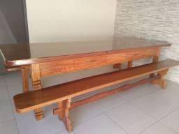 Mesa de festa com bancos em madeira nobre