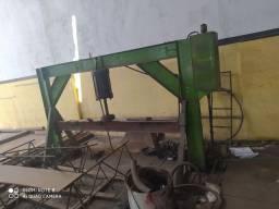 Prensa hidráulica usada para confecção de tampas de tanques