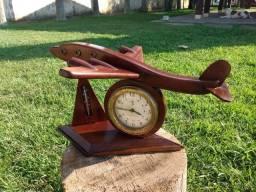 Relógio em forma de avião feito em madeira rústica