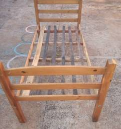 Vendo uma cama de solteiro madeira baixei o preço não entrego não reservo não abaixo