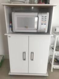Armário de cozinha com suporte para micro-ondas.