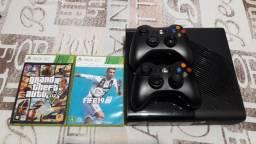Xbox 360 com 2 controles e 2 jogos (Usado)
