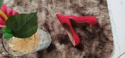 Vendo um sapato vermelho.