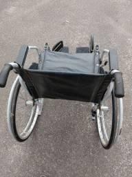 Cadeira de rodas e de banho.