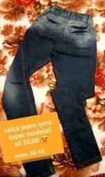 Calça jeans modela bumbum