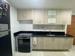 Cozinha com Armário, Bancada, Geladeira e Microondas