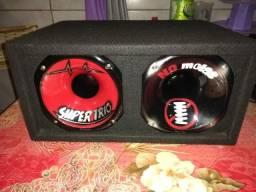 Mesa de som e uma caixa com par drive e cone