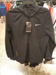 Corta vento Nike preto. P