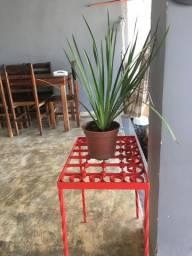Mesa vermelha de ferro trabalhada
