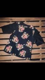 Blusa preta com flores plus size