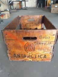 Engradado de cerveja Antártida em madeira