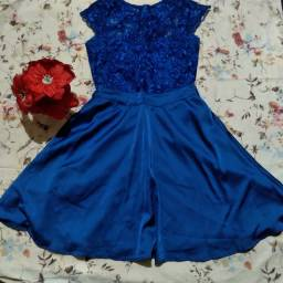 Vendo vestidos de cor azul e vermelho de renda