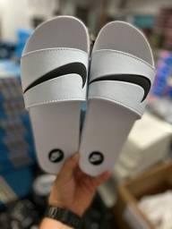 Chinelo Nike Branco com Preto lindo para combinar com seu Look do Dia!