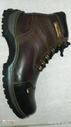 Título do anúncio: Bota de couro nova tenho vários tamanhos colada e costurada