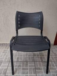 Cadeira de plástico empilhavel fixa