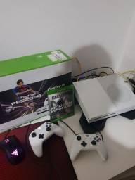 Xbox one s 1 tb com 2 controle e 1 jogo com 8 meses de uso