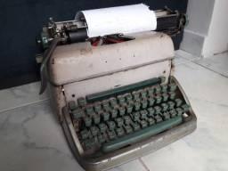 Maquina de escrever antiga funcionando em bom estado