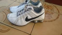 0df8b5a14ab89 Nike Shox Junior Branco e Preto com Mola Prateada