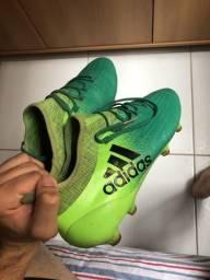 Chuteira Adidas primeira linha