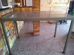 Mesa com tampo de mármore.