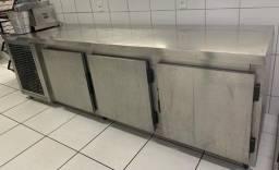 Refrigerador e freezer inox três portas horizontal.