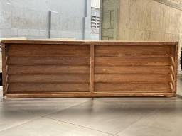 Móvel em madeira maciça