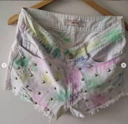 Short jeans Santa Rosa, tie dye com taxinhas de metal. Tam:40