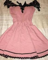 Vestido Rose com detalhes de renda pretos