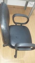 cadeira em  ótimo estado de conservação por R$ 200,00.