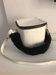 Bolsa branca quadradinha com alça de pelúcia