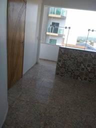 Alugo Apartamento com uma suíte, com um banheiro bem amplo