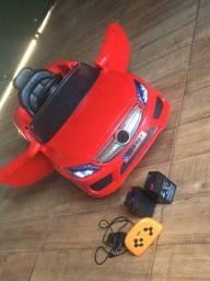 Carro elétrico Mercedes vermelha