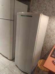 Vendo geladeira em bom estado.