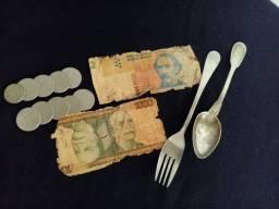 Notas antigas moeda e talheres de prata .