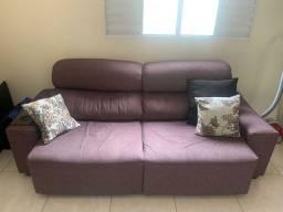 Sofá Retrátil Marrom com almofadas e porta copo