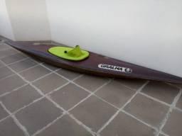 Caiaque em fibra para prática de slalom