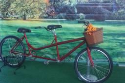 Bicicleta dupla modelo tandem com cesto de vime