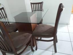Mesa de Madeira Seminova com Tampo de Vidro e 4 Cadeiras