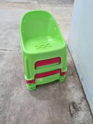 4 mini cadeiras de plástico