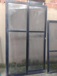 Vendo duas portas e seis janela