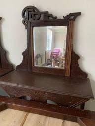 Móvel antigo com espelho
