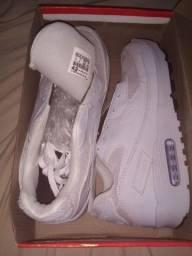 o Tênis Nike Airmax branco, últimos n°42