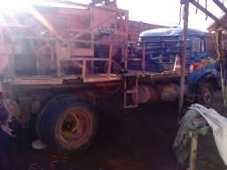 Maquina percursora com ferramentas e caminhão