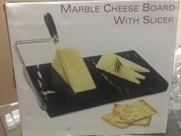 Tabua de marmore com fatiador queijo