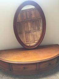Console de madeira com espelho oval.