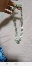 Vendo um cordão de prata