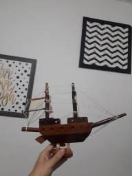 Miniatura de barco de madeira
