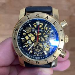 Relógio lindo cheio de estilo