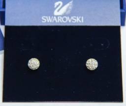 Brinco redondo cravejado com cristais Swarovski