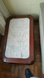 Mesa de centro com tampo de mármore